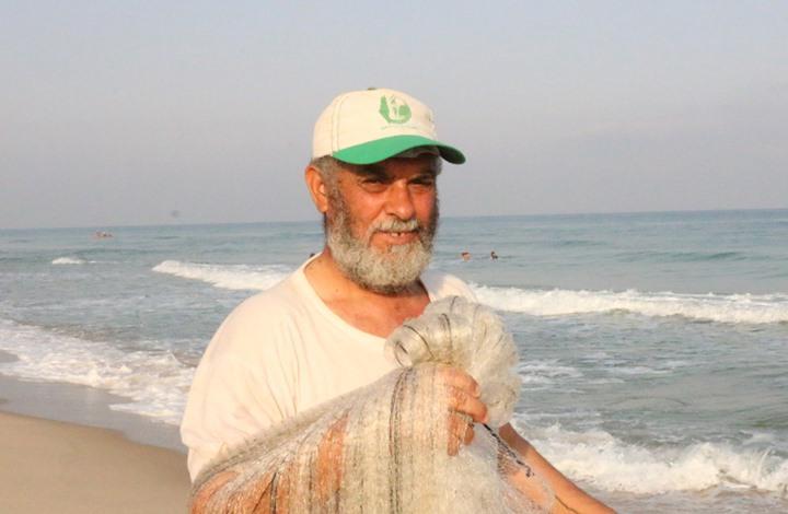 """هذه حكاية فلسطيني """"عشق الصيد"""" على مدار 35 عاما (شاهد)"""