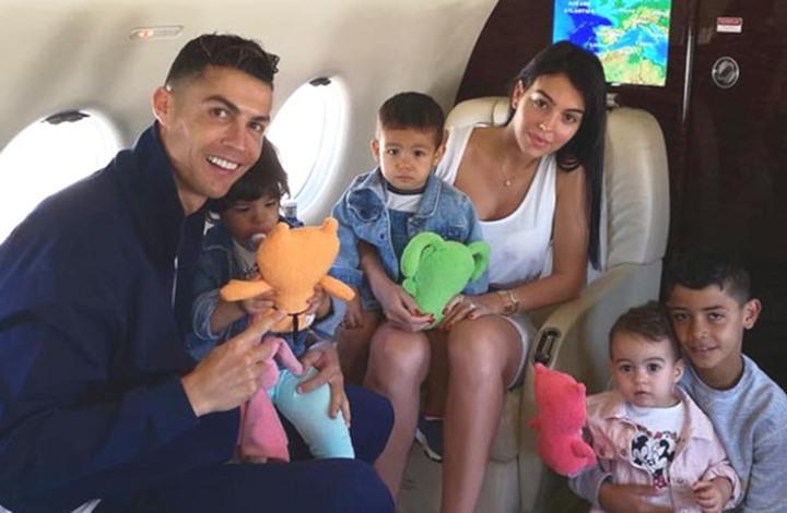 رونالدو ينشر صورة مع أطفاله الأربعة في حمام منزله (صورة)