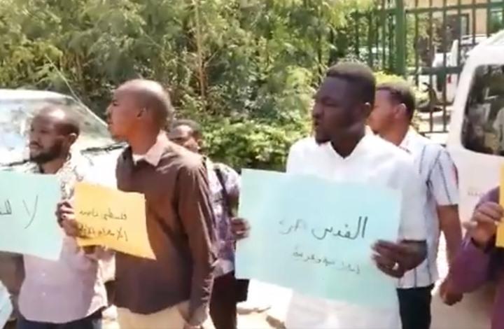 عشرات السودانيين يتظاهرون تنديدا بلقاء البرهان ونتنياهو