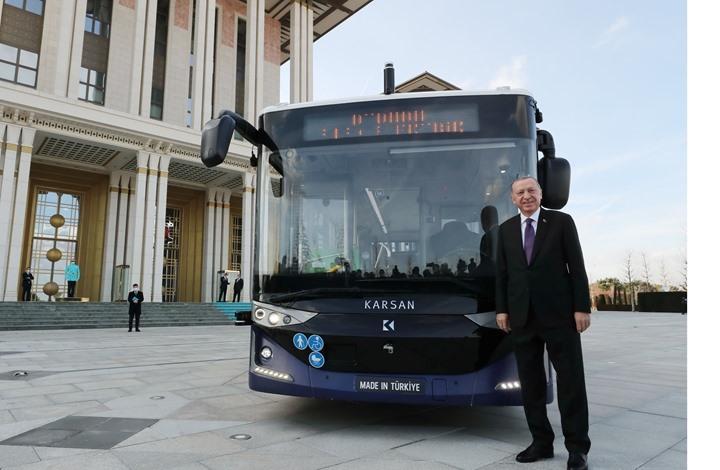 أردوغان يحضر اجتماع الحكومة بحافلة محلية ذاتية القيادة (شاهد)
