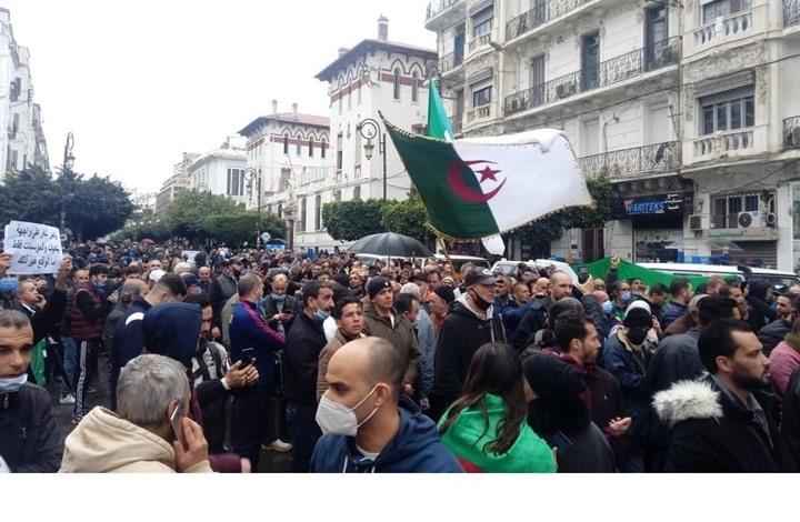 الآلاف في شوارع الجزائر في ذكرى الحراك الثانية (شاهد)
