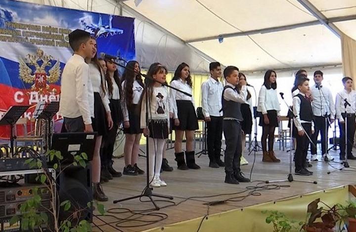 """أطفال سوريون يغنون للجنود الروس في """"حميميم""""  (شاهد)"""
