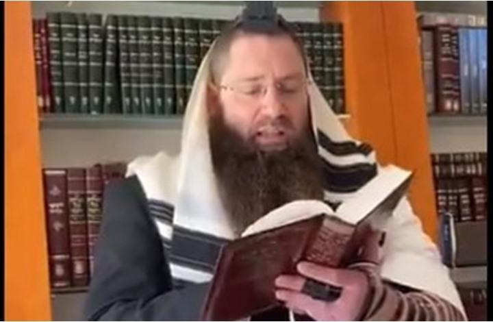 حاخام الجالية اليهودية بالخليج يصلي لشفاء ابن سلمان (شاهد)