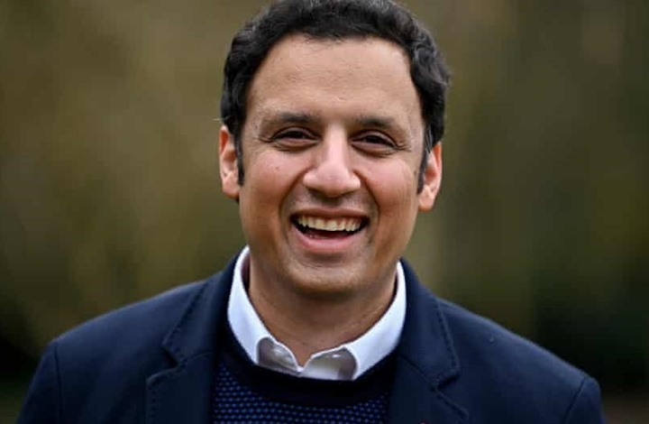 أنس سروار.. أول مسلم يقود حزبا سياسيا باسكتلندا