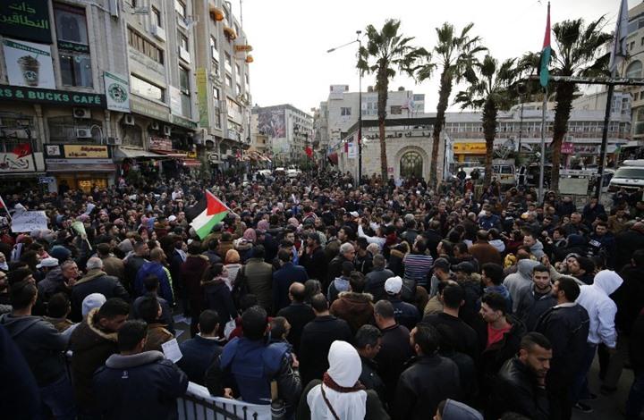 مظاهرة برام الله تطالب بمحاكمة عباس ورحيله (صور+فيديو)