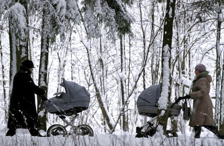 دراسة: إنجاب الأطفال يطيل العمر خصوصا الآباء