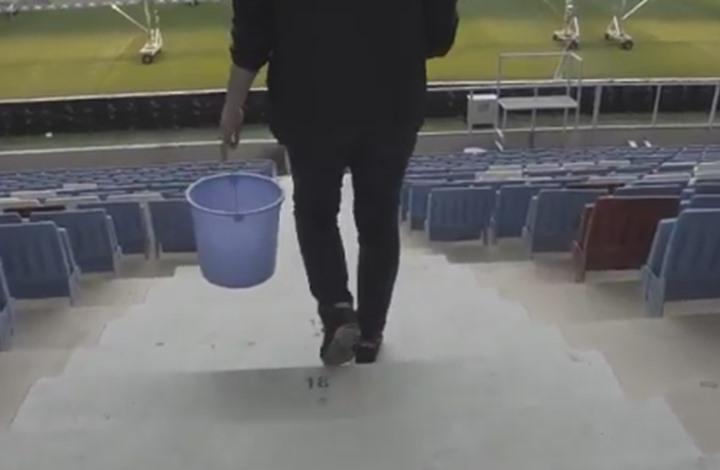ناد تركي يجبر مشجعا له على تنظيف مقاعد الملعب.. ماذا فعل؟