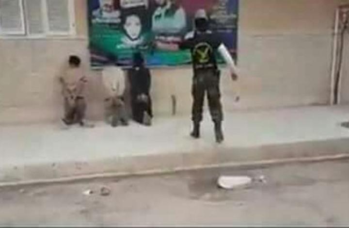 قيادي بقوات حفتر يعدم ثلاثة شبان في بنغازي (شاهد)
