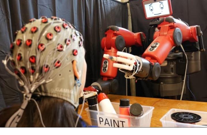 باحثون يطورون روبوتا يتم التحكم به عبر الدماغ البشري