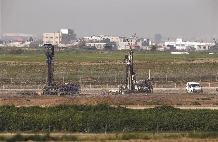 شبان من غزة يحرقون معدات للاحتلال داخل الخط العازل (شاهد)