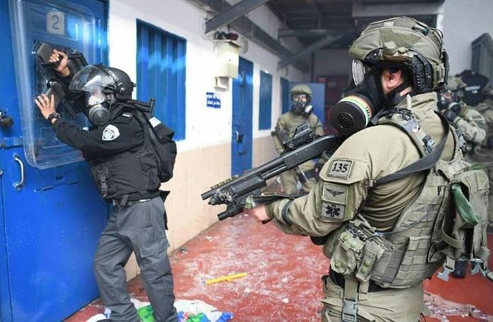 """قوات الاحتلال تقتحم سجن """"عوفر"""" وترش الأسرى بالغاز"""