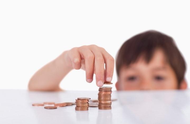 تعرف كيف تُعلّم طفلك كيفية توفير المال