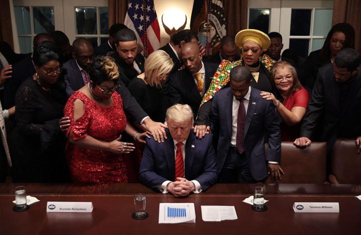 """ثلث الأمريكيين يؤمنون بـ""""تدخل إلهي"""" في اختيار رئيسهم (إنفوغراف)"""