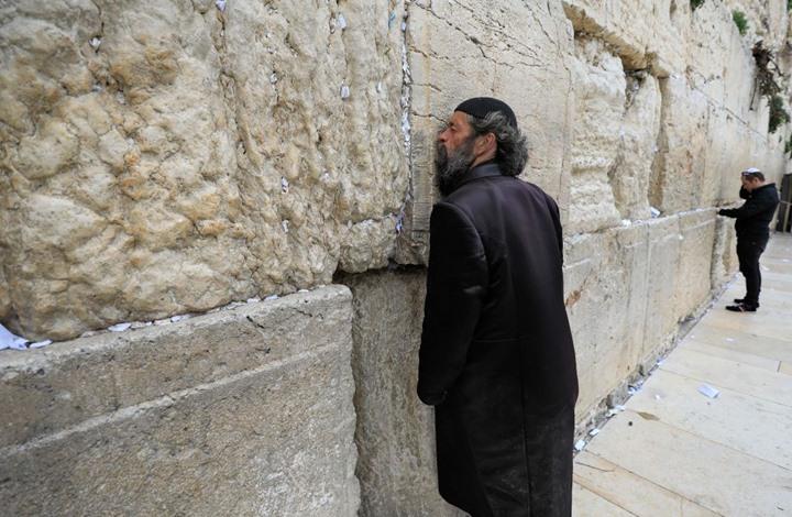 حاخام كبير يدعو المستوطنين لعدم تقبيل حائط البراق