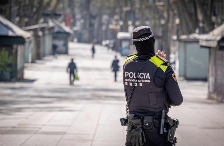 شرطة إسبانيا تعزف وتغني في أحياء سكنية لنشر البهجة (شاهد)