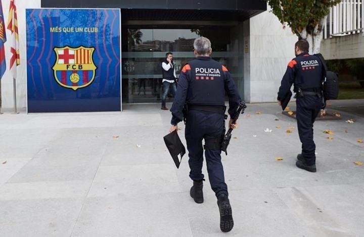 برشلونة يعلق على اقتحام الشرطة لمقره واعتقال رئيسه السابق
