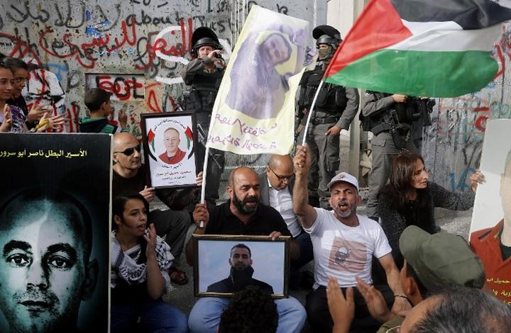 """لماذا عطلت """"إسرائيل"""" الاتصالات الخلوية القريبة من السجون؟"""