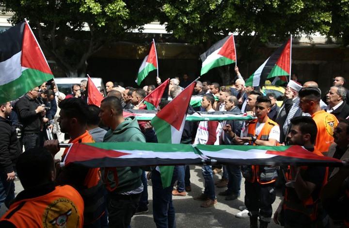 فلسطينيون يحرقون العلم الأمريكي وصورة ترامب شمال الضفة