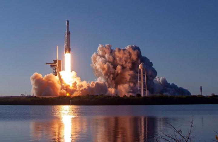 إطلاق صاروخ SpaceX الأقوى بالعالم بمهمة تجارية (شاهد)