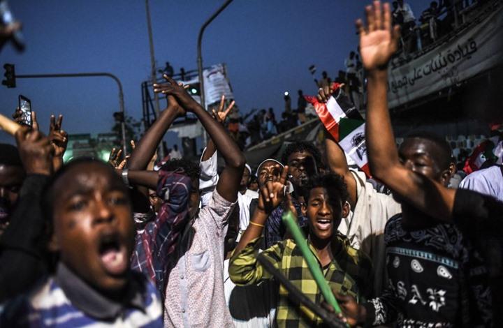"""السودان.. شارة ثورية """"حمراء"""" بطريق السعودية والإمارات"""