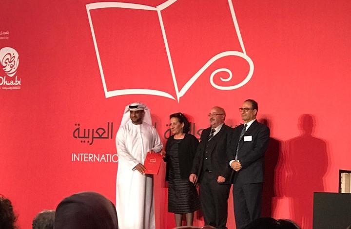 """روائيون ومسؤولون بـ""""البوكر"""" يطلبون وقف تمويلها من الإمارات"""