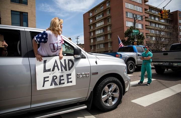 أطباء يتولون مواجهة منتهكي الحجر الصحي بأمريكا (شاهد)