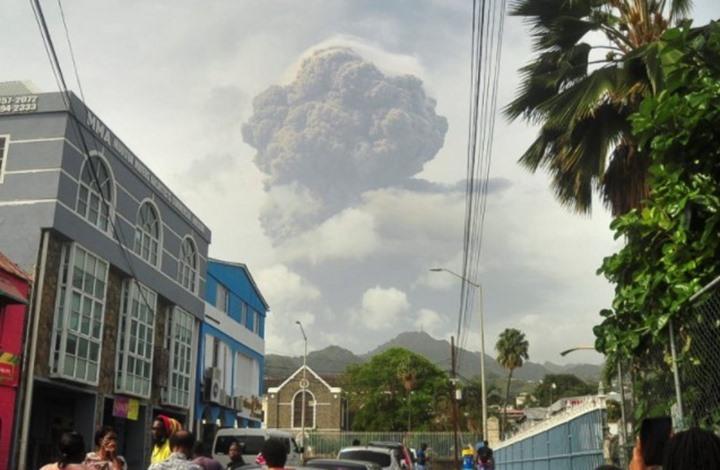لقطات مذهلة لثوران بركان في الكاريبي (شاهد)