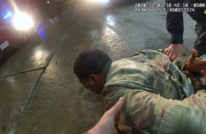 جندي أمريكي أسود يقاضي الشرطة بعد توقيفه بعنف (فيديو)