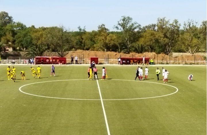 حادث مؤسف.. وفاة لاعب كرة قدم بالمغرب أثناء المباراة
