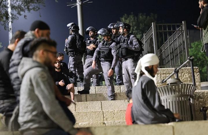 الاحتلال يعتدي على مقدسيين بعد أداء التراويح بالأقصى (شاهد)