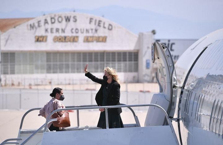 سيدة أمريكا الأولى تعمل مضيفة طيران.. كذبة نيسان