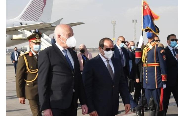 قيس سعيّد يصل إلى القاهرة والسيسي يستقبله في المطار