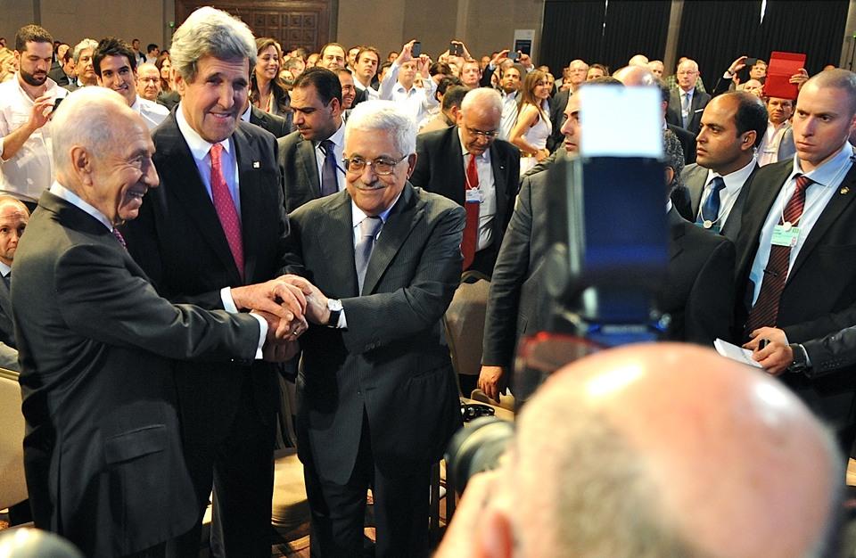 هآرتس: على إسرائيل تقوية مكانة عباس بمواجهة حماس