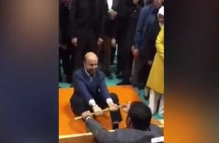 أردوغان حكما لمباراة مصارعة.. من المتبارزان؟ (فيديو)