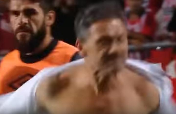 مدرب يمزق قميصه بطريقة مجنونة احتجاجا على الحكم (فيديو)