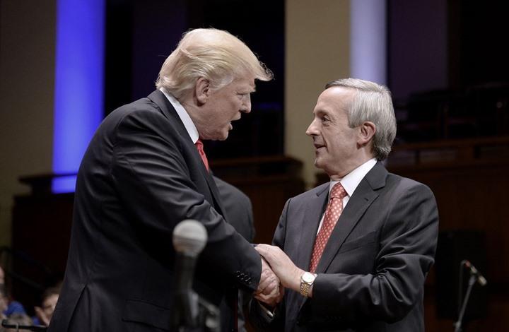 """ترامب يستقبل قسيسا وصفه بـ""""الرئيس الأكثر إيمانا بالتاريخ"""""""