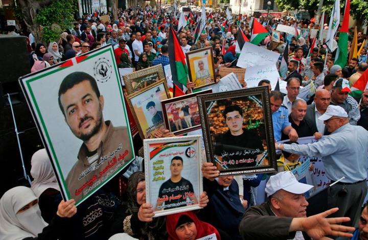 """أسير فلسطيني يجري جراحة بـ""""مقص أظافر وشفرة حلاقة"""""""