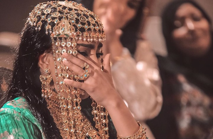 ممثلة عمانية تتحدث عن عملها السابق.. وتبكي (شاهد)