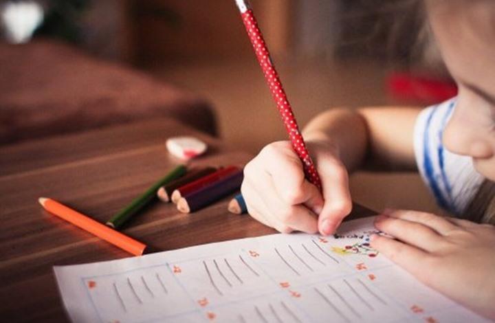 طفلك بأول مراحل تعلمه.. إليك أهم 5 طرق لتعزيز قدرته الإملائية
