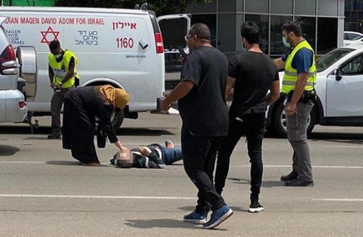 مشهد مؤثر لفلسطيني يسجد مكان استشهاد نجله (شاهد)