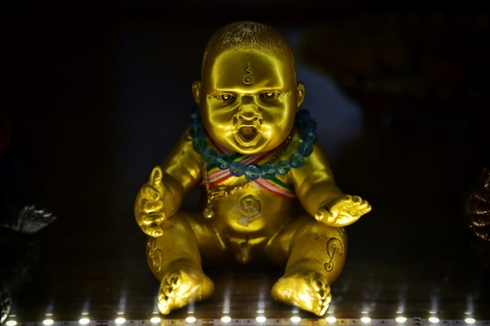 """التايلنديون يستعينون بـ""""دمى"""" لجلب الحظ الجيد وإبعاد كورونا"""