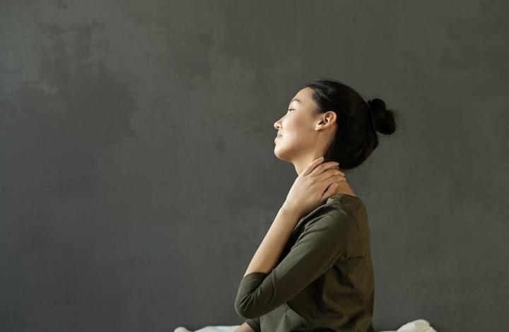 7 طرق لعلاج آلام الرقبة الناتجة عن الانحناء على الهاتف