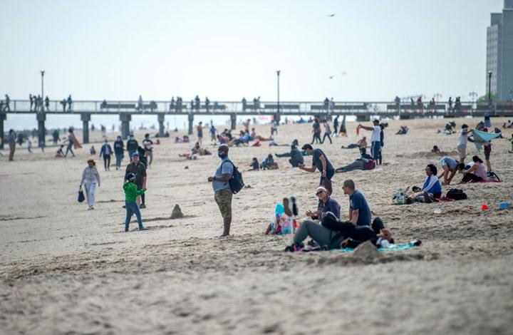 ازدحام في شواطئ ومسابح أمريكا رغم تفشي كورونا (شاهد)