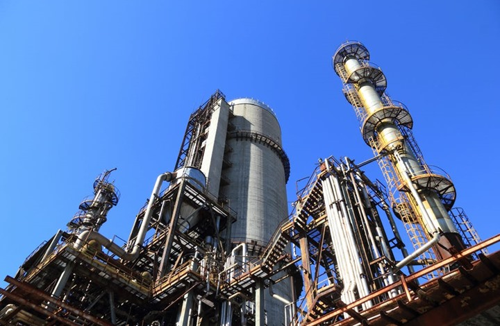 النفط يهبط.. مع توجه لأكبر ارتفاع شهري بعد خفض الإنتاج