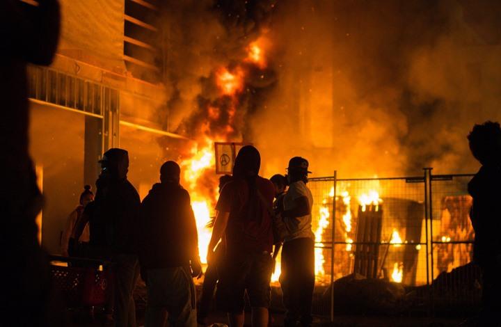 كاتب أمريكي: هكذا يرى السود مشاهد احتراق مراكز الشرطة