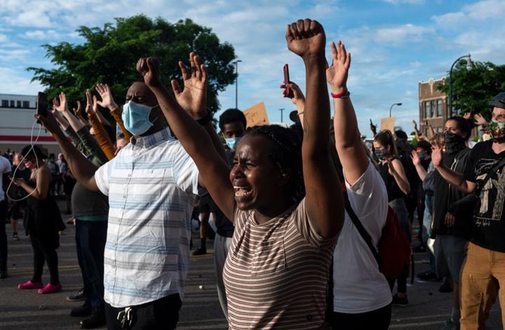 """محتجون """"يحرقون"""" مينيابوليس بعد مقتل أمريكي أسود (شاهد)"""