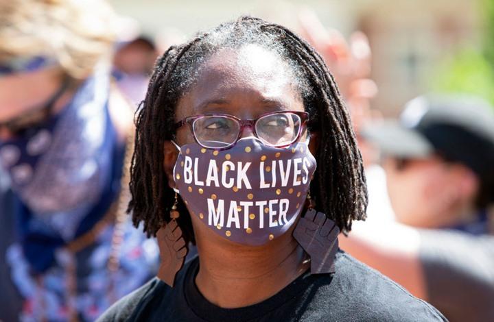 """""""تويتر"""" يغيّر لونه تضامنا مع السود بأمريكا.. ويعلّق (صورة)"""