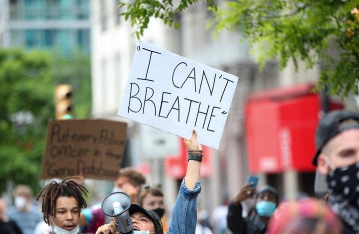 """مشهد صادم.. أمريكي يهاجم متظاهرين بـ""""قوس وسهم"""" (فيديو)"""