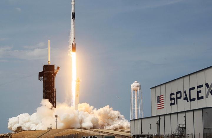 """إقلاع تاريخي للصاروخ """"سبايس إكس"""" وعلى متنه رائدا فضاء (شاهد)"""