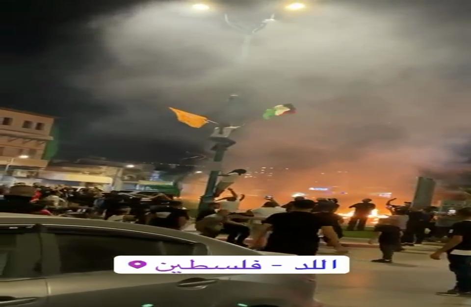 متظاهرون في اللد يرفعون أعلام فلسطين وحماس (فيديو)